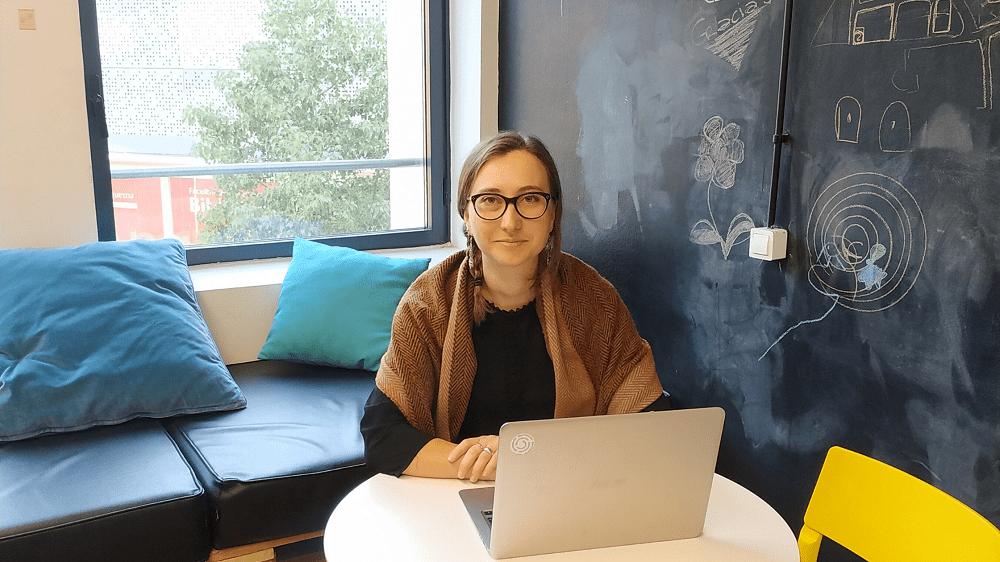Retrato Anouk, emprendedora, sentada delante del ordenador